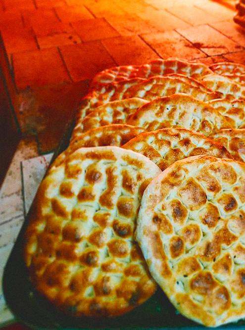 Домашний хлеб пекут в дровяной печи