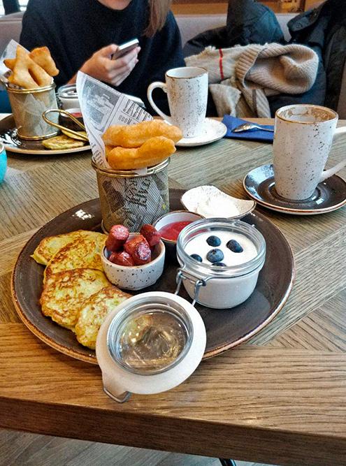 «Русский завтрак» в Махачкале: оладьи из кабачков, колбаски, йогурт с ягодами, пончики, джем, сметана и кофе. Заплатили 687<span class=ruble>Р</span> за двоих