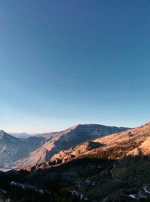В горах безлюдно, можно наслаждаться тишиной и природой. За несколько часов езды по серпантину может не встретиться ни одной машины