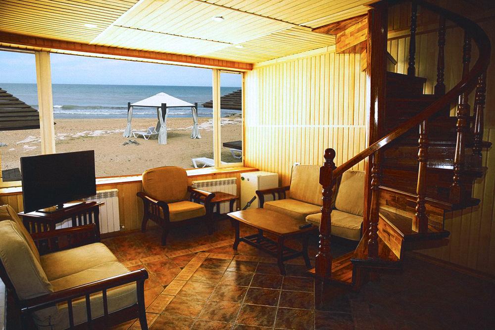 Наш номер в Дербенте — вид из окна напоминал фотообои. Фото: booking.com