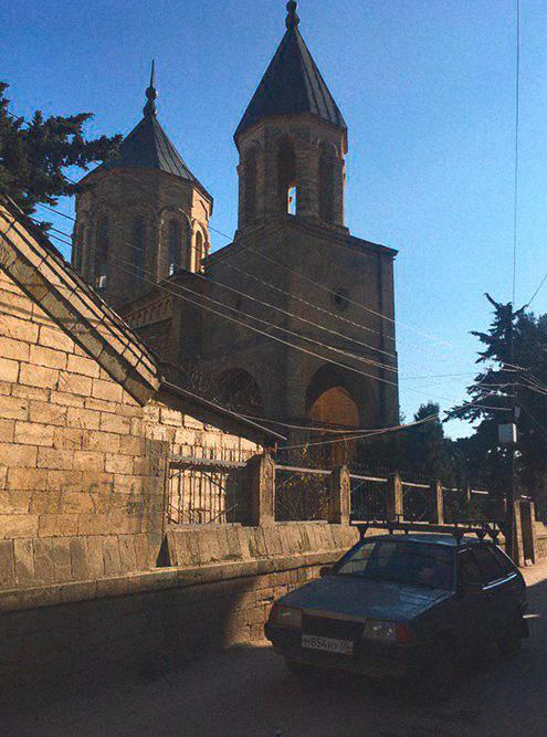 В Дербенте благоустроенный старый город. Мы оставили машину и полдня гуляли пешком