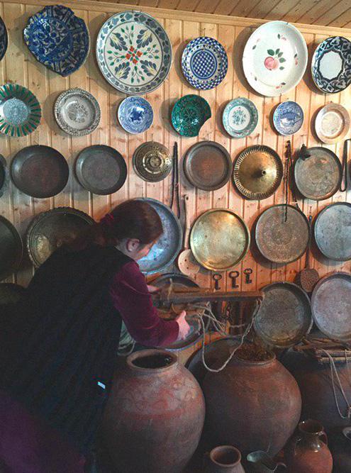 Самый ценный экспонат — синяя тарелка с отбитыми краями. По словам хозяйки музея, тарелку изготовили в 16 веке в Иране