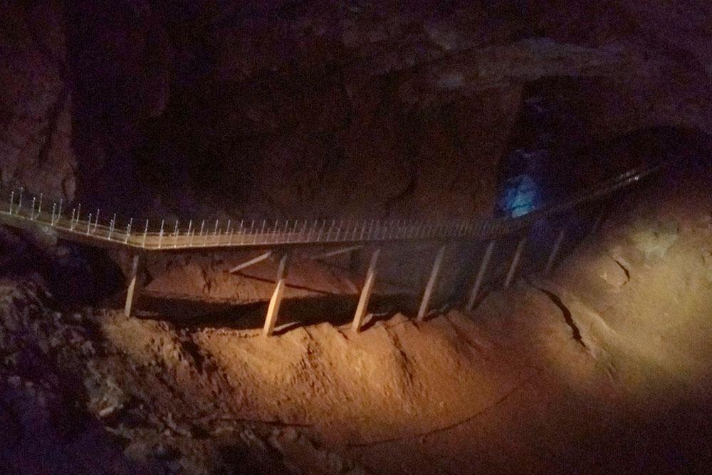 В пещере можно потрогать руками сталагмиты