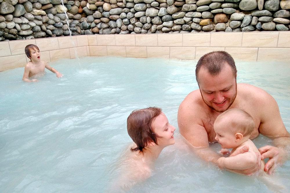 Зимой в Приморском мало людей. Кроме нас купались только несколько старушек