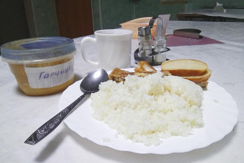 Рыба с рисом в армейской столовой. Ням-ням