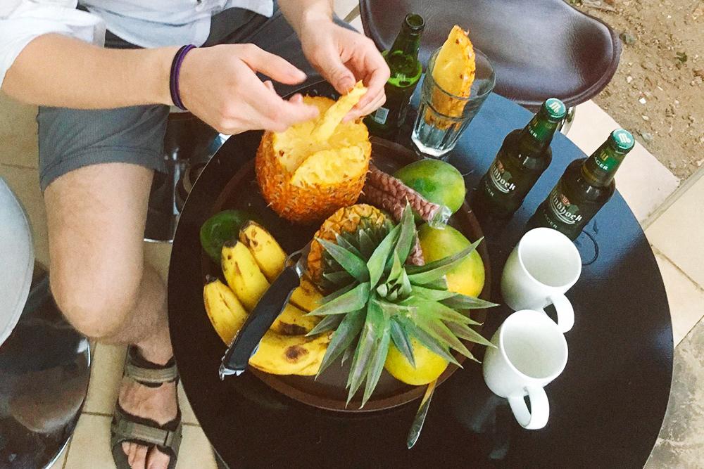 Гора фруктов и орехов — 5000 шиллингов (150 р.), пиво — 5000 шиллингов (150 р.) за бутылку