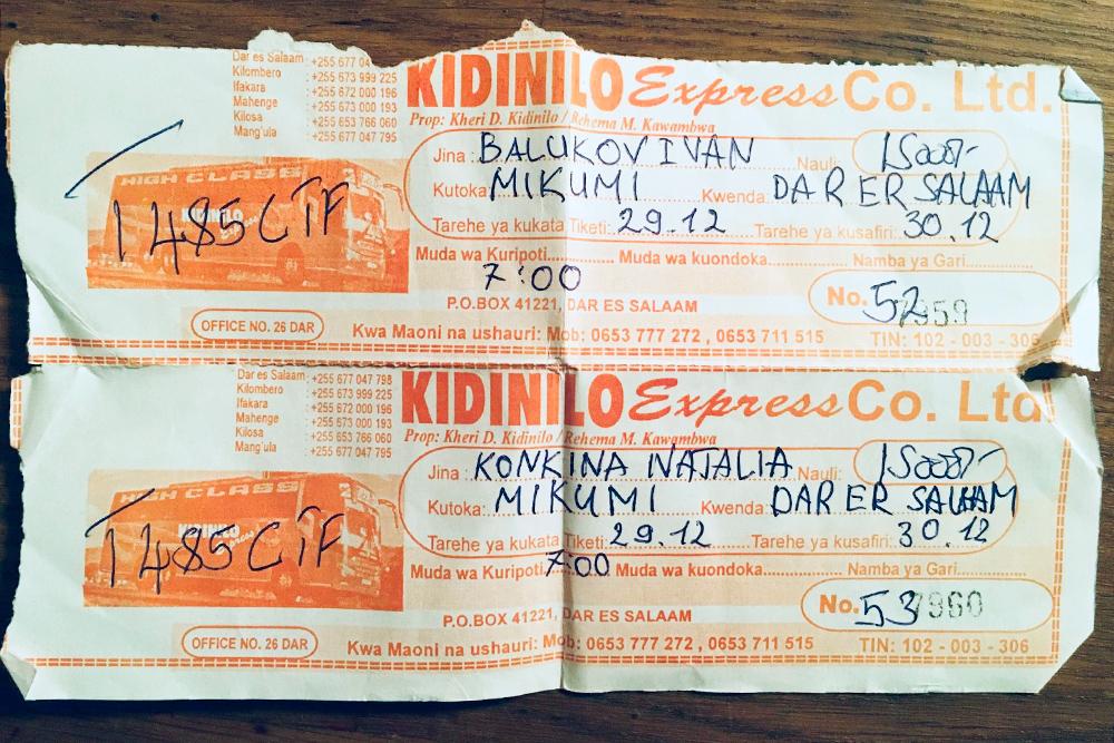На билете указано время отправления, номер места и даже фото и номер автобуса. Ничему из этого верить не стоит