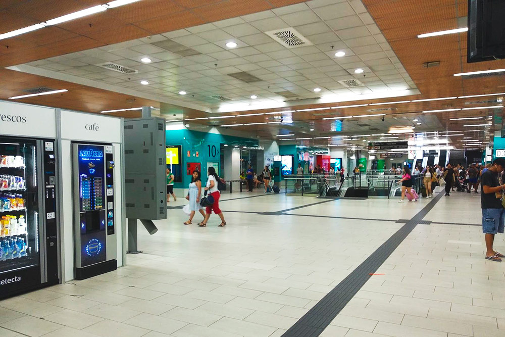 Монклоа — один из мадридских автовокзалов, откуда автобусы уходят в пригород. Здесь не самая наглядная навигация, зато можно выпить кофе, пока заблудившиеся друзья ищут нужный выход из метро