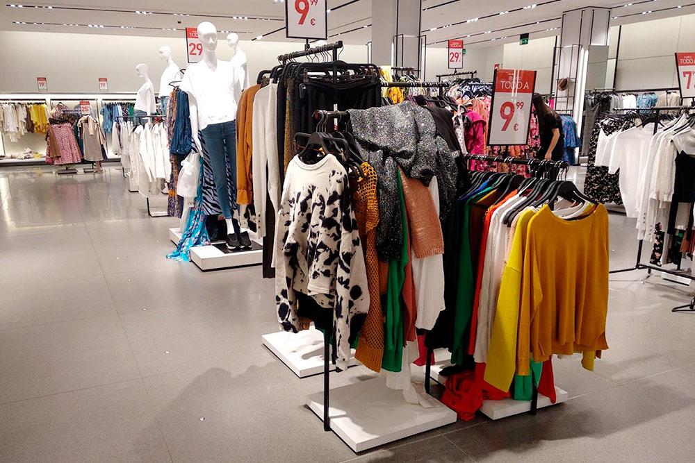 В период распродаж так пусто в магазинах бывает только перед самым закрытием. Обычно в них толпа народу, полный хаос, а одежда лежит кучами и испачкана косметикой. С сайта те же вещи придут аккуратно сложенными и в красивой коробке