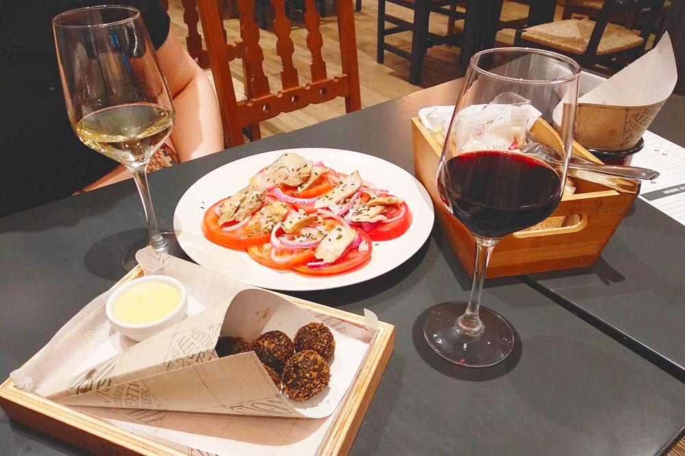 Салат в верхней части фото — пример простоты испанской кухни: в нем нет ничего, кроме помидоров, лука, брюшка тунца и оливкового масла, но все вместе это безумно вкусно. В андалусской таверне Volapié такой салат стоит 6,40€