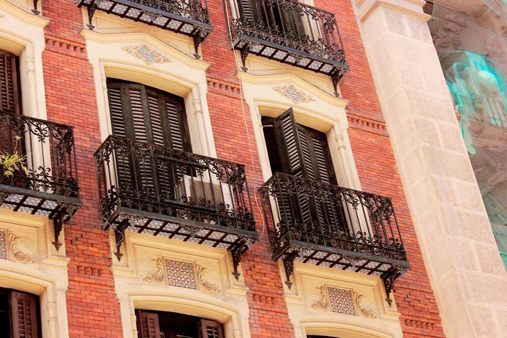 За красотой в Мадриде даже не нужно никуда ходить — достаточно просто поднять голову и посмотреть на балконы жилых домов