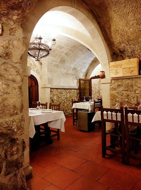 Зато внутри выглядят как обеденный зал средневекового замка, где подают вкуснейшую баранину и домашнее вино. Средняя цена за обед с человека — 25—35€