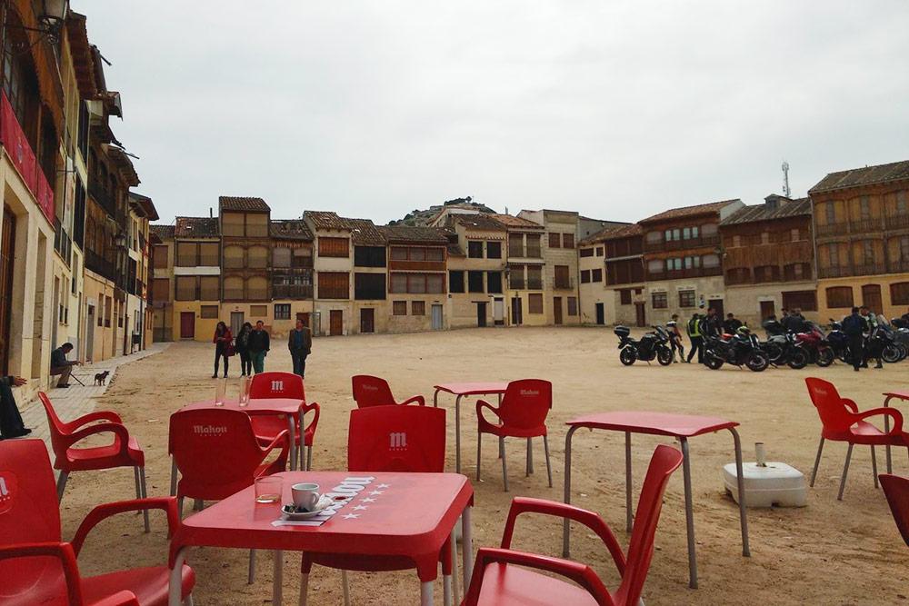 Уютную городскую площадь Пеньяфьеля с песком вместо брусчатки окружают аутентичные старинные домики