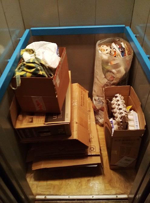 Макулатуру спускаю на лифте. Большие коробки сминаю, чтобы занимали меньше места. Некоторые коробки использую как тару для&nbsp;другой макулатуры. На фото примерно 25 кг — на 100—120<span class=ruble>Р</span>