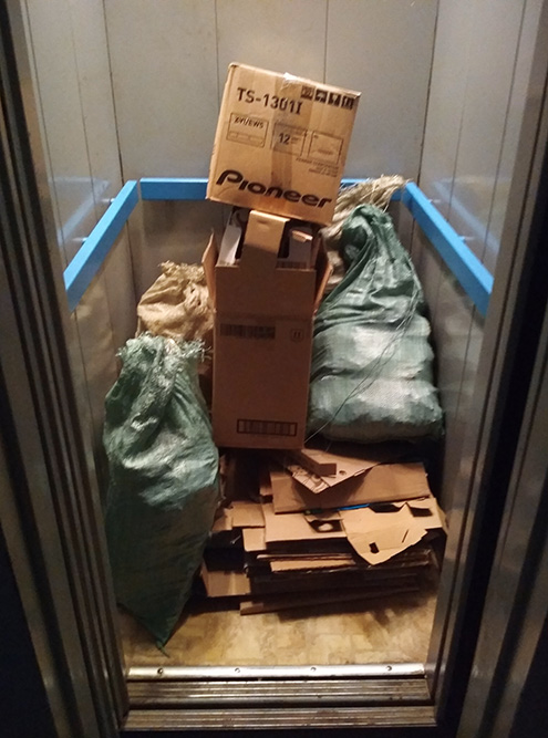 В мешки и пакеты складываю совсем мелкую бумагу. Здесь примерно 50 кг — на 200<span class=ruble>Р</span>