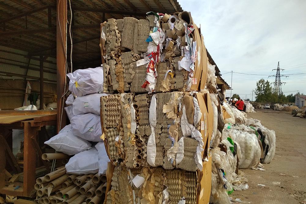 Макулатуру сортируют по категориям и прессуют. Вес одного тюка — 200—250 кг