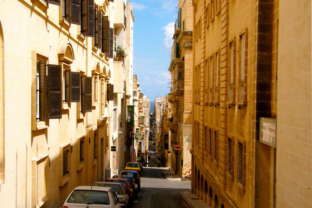 Улица в городе-крепости Валлетте. Здесь запрещена застройка, поскольку в 1980году город включили в список всемирного наследия Юнеско