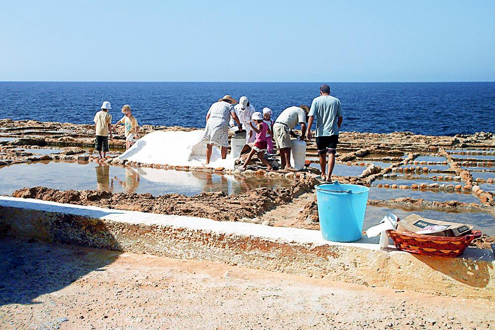 Добыча соли — традиционный промысел на соседнем острове Гозо. Раньше соляных приисков на Мальтийском архипелаге было много, но сейчас действующий остался только один — в местечке Марсалфорн