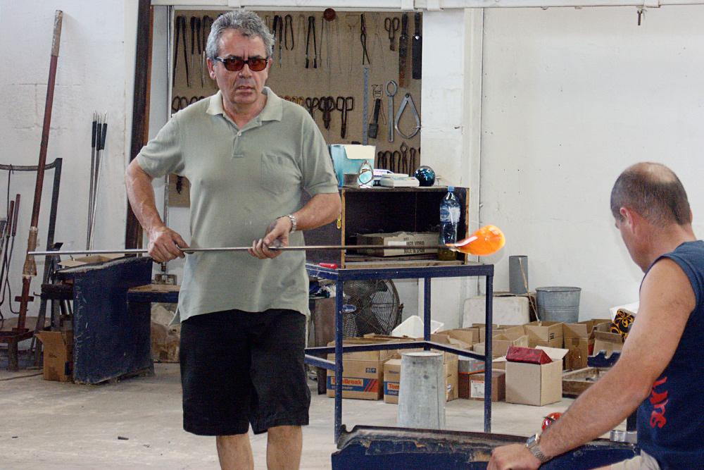 Это мальтийский стеклодув. Выдувание стекла — один из традиционных мальтийских промыслов. Самые красивые и аутентичные сувениры на Мальте можно купить в деревне мастеров Та-Кали