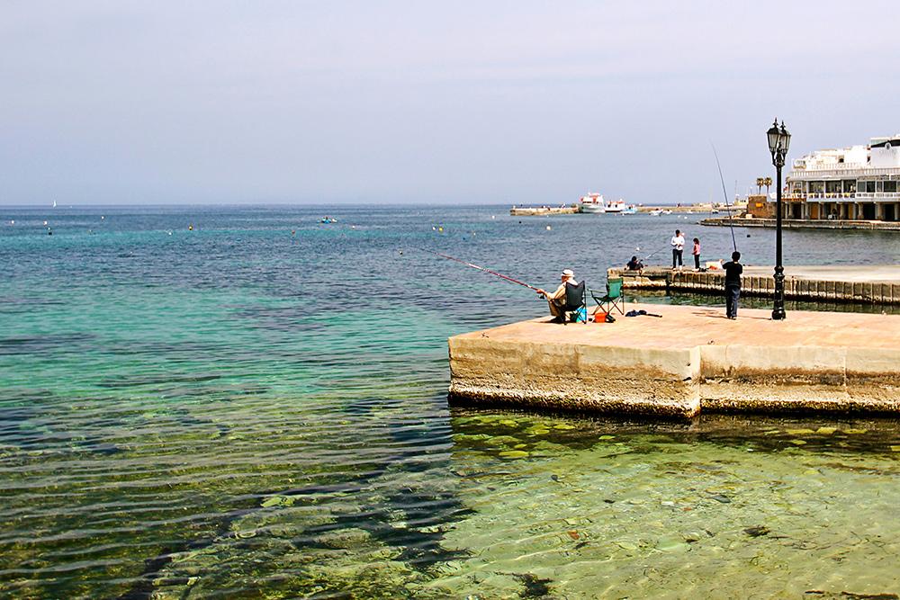 Что мальтийцы делают на пенсии? Сидят возле баров, болтают с друзьями, очень активно играют в лотереи и рыбачат