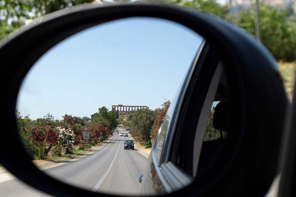 Я не раз ездила с Мальты на Сицилию. Вот вид на сицилийский город Агридженто из окна автомобиля