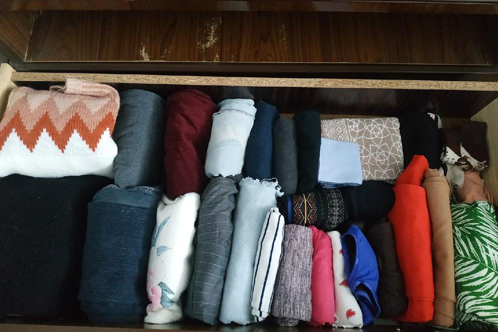 Основной принцип хранения поКонмари — вертикальность. Складываешь одежду внесколько разисортируешь слева направо — оттяжелой клегкой
