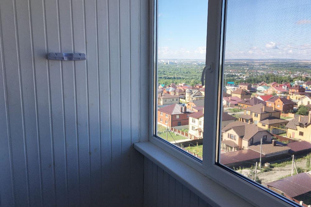 Это наша квартира и отремонтированный балкон. На балконе мы обшили стены вагонкой и заменили окна