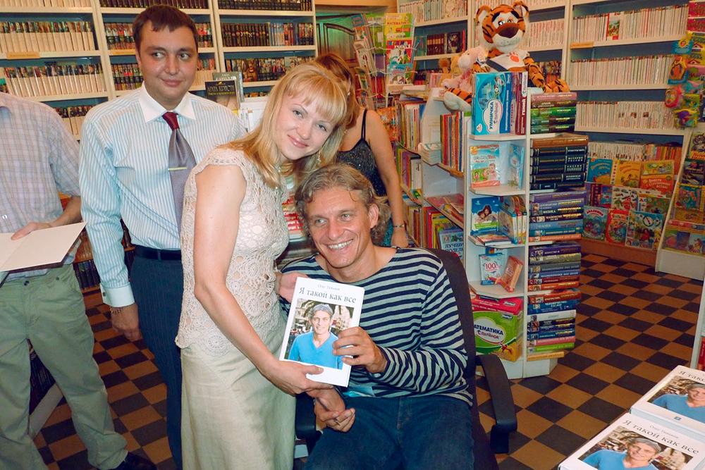 Олег Тиньков подписывает для меня свою книгу «Я такой как все» во Владивостоке в 2010году. Редакторы предлагали не публиковать это фото, но дляменя это важное событие и веха в предыстории проекта