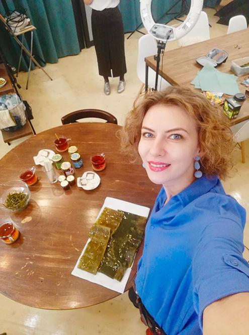 Это Анна во время съемки видео для Ютуб-канала «Меняй себя и мир», который рассказал о нашем проекте. На столе морская капуста и пробники мармелада
