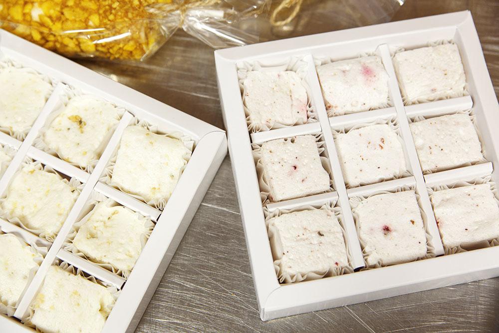 Застывшую массу нарезаем накусочки икладем вкартонные коробки. Фото:КсенияКолесникова