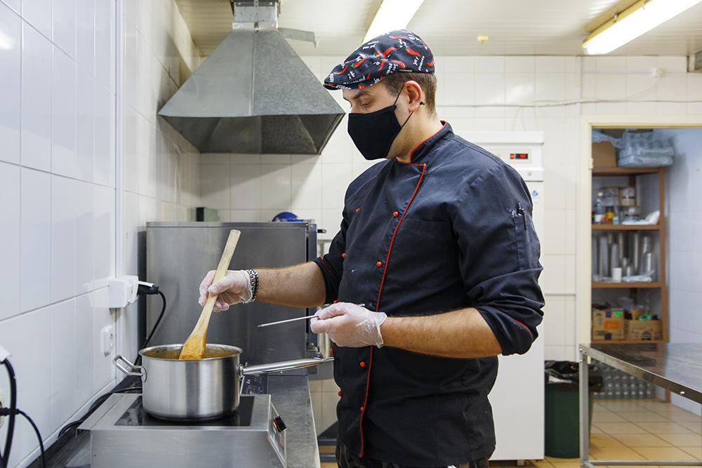 Повар готовит основу длясоленой карамели. Мы делаем карамель четырех вкусов: морская соль, лаванда, кокос, арахис. Фото:КсенияКолесникова