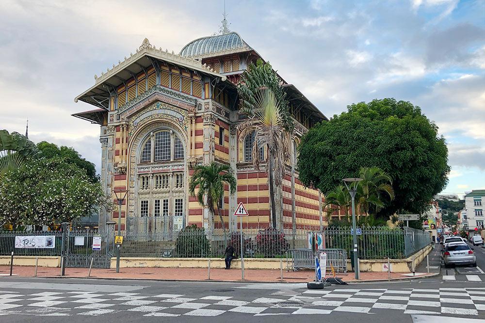 Здание Библиотеки Шельшера, как иЭйфелева башня, было построено коткрытию Всемирной выставки вПариже в1889году. Эйфелева башня планировалась как временное сооружение, ноосталась вПариже навсегда, аздание будущей библиотеки вразобранном виде перевезли наМартинику, где вновь собрали иназвали вчесть Виктора Шельшера— французского политического деятеля 19века, известного борьбой срабством