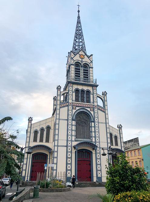 Католический собор Святого Людовика называют железным собором, потомучто его каркас состоит из железных балок. Эта конструкция не дает собору разрушиться от стихийных бедствий. В соборе есть склеп, где находятся гробницы предыдущих губернаторов Мартиники