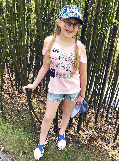 Это наша дочь Даша в зарослях бамбука в ботаническом саду