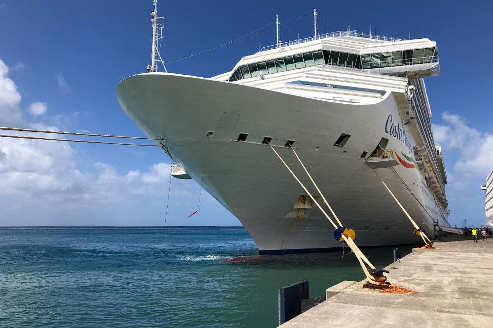 Это «Коста-мэджика» впорту Гренады. Длина судна— 272м, аширина— 36м