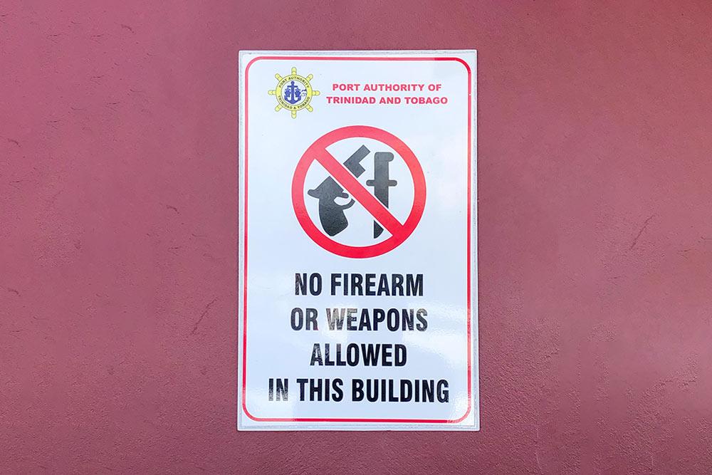 Плакат у входа в круизный порт Тобаго: «Запрещено вносить в здание холодное или огнестрельное оружие». Похоже, пираты Карибского моря где-то рядом