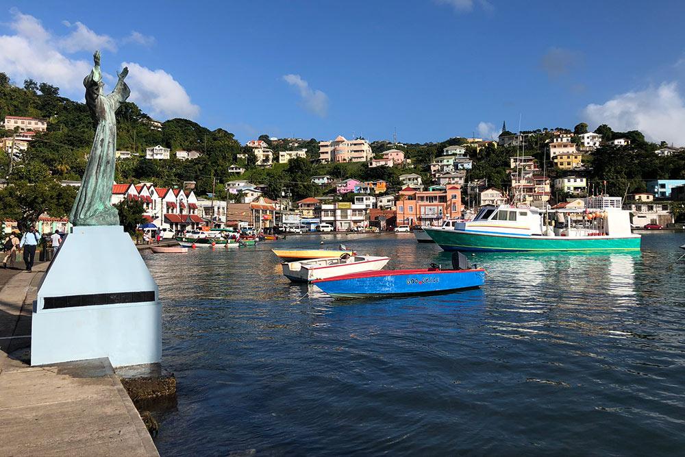 Дома вСент-Джорджесе располагаются нахолмах вокруг бухты: столице Гренады отлично подошлобы название «город-амфитеатр». Этому небольшому городку, где живет меньше 3тысяч жителей, в2020году исполнилось 370лет