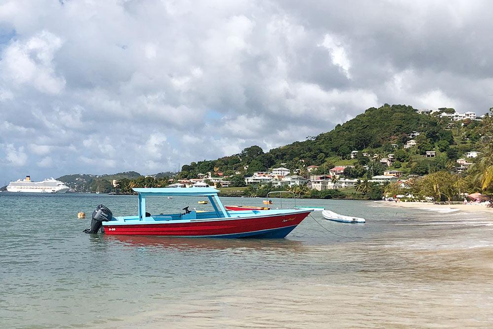 Откруизного порта Гренады дохорошего пляжа около полутора километров. Вдали стоит наякоре наш корабль