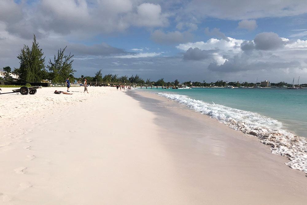 Лазурная вода ибелый песок напляже «Брауни»