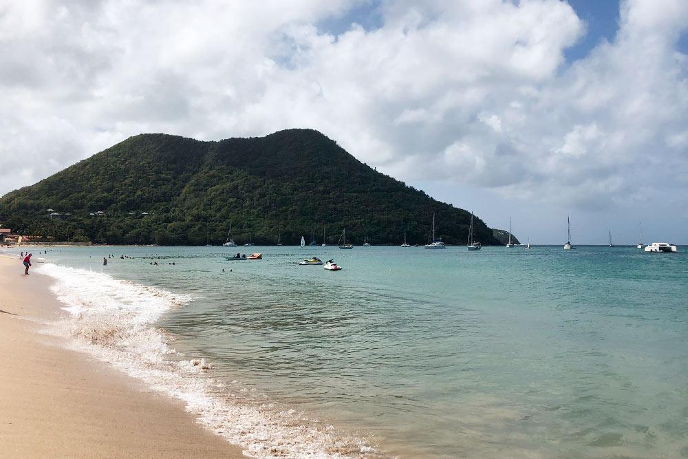 Пляж «Редут» наСент-Люсии оказался комфортным: вода чистая ипрозрачная, заход плавный, наберегу есть лежаки, зонтики, бары ирестораны. Подкаждым зонтиком лежит меню— заказать холодный коктейль или что-нибудь изеды можно невставая слежака