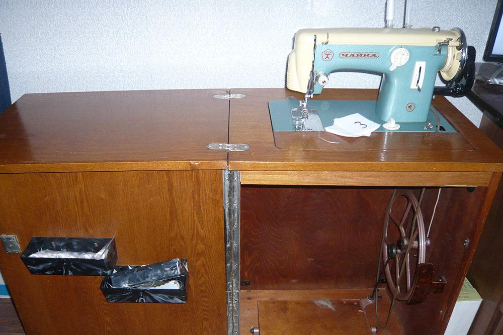 Моя швейная машинка с ножным приводом. Справа муж прикрепил ручное колесо