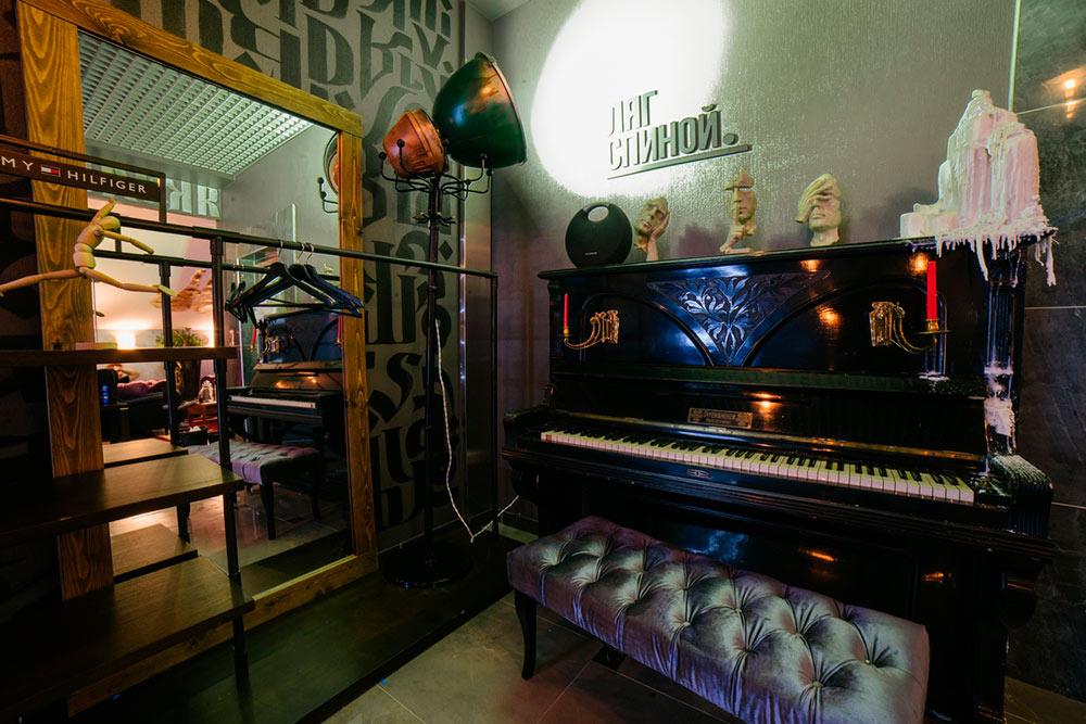 Массажная мастерская у станции метро «Сухаревская» занимает целый этаж. Аренда стоит 400 тысяч рублей в месяц — это больше, чем плата за аренду остальных точек вместе взятых. Мама Акима сделала объемные руки на потолке и стенах, а предприниматели раздобыли для интерьера старинное пианино. По рассказам продавца, его создали в 1812 году. Раритет обошелся в 5 тысяч рублей