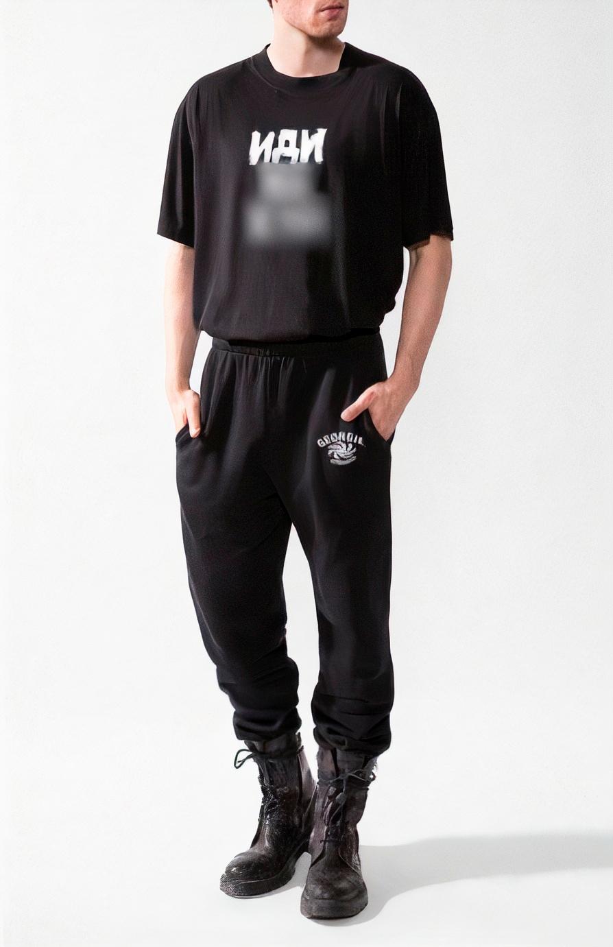 Например, Цуму пришлось замазать надпись на футболке Vetements, чтобы выставить ее в интернет-магазине. Сейчас магазин эту линейку одежды уже не продает. Источник: yaplakal.com