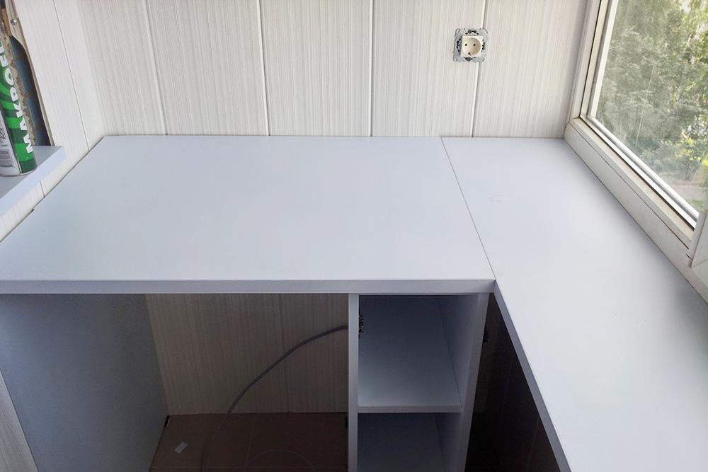Левая нижняя часть шкафа. Подстолом разместится маленький холодильник