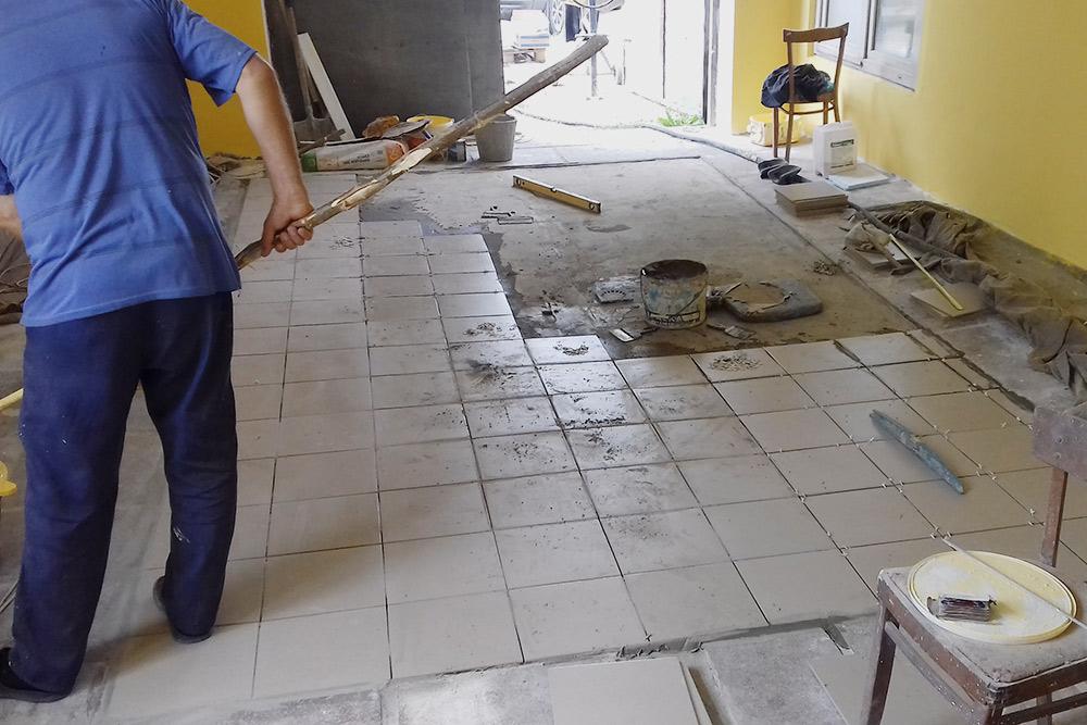 По технологии нужны сливы в полу, поэтому пол требовалось переделать полностью. Купить песок, который добавляют в бетон, в феврале оказалось сложно. На стройки его привозят прямо из карьеров, а они зимой стояли замерзшие. Пришлось ждать до начала марта, когда оттает земля