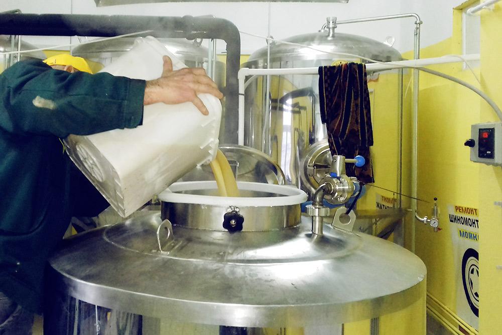 В составе медовухи всего три компонента: вода, мед и дрожжи. Мед дробят на куски, он подтаивает, и его заливают в чан, где варится сусло