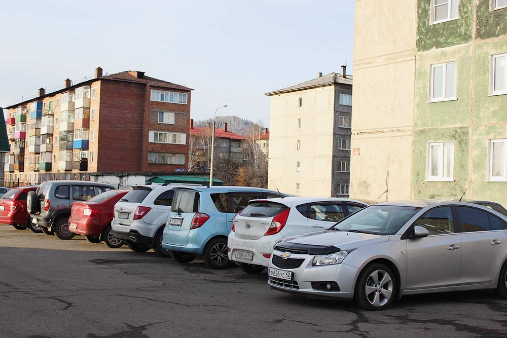 Жители Междуреченска стараются ставить машины поближе к дому. В итоге все дворы заставлены