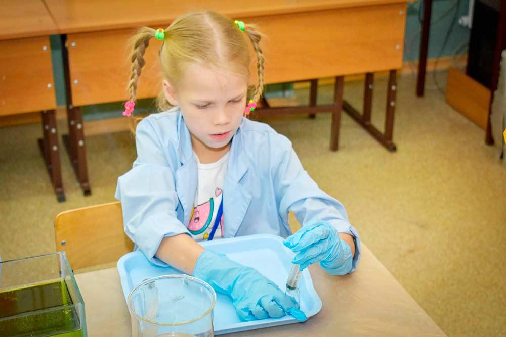 Моя дочь 8 лет на программе «Подводный мир». Изучает состав воды