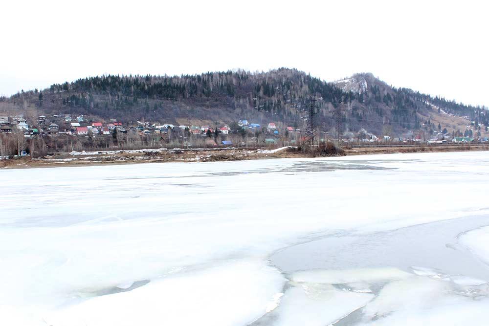 Река Томь и горы, которые окружают Междуреченск со всех сторон