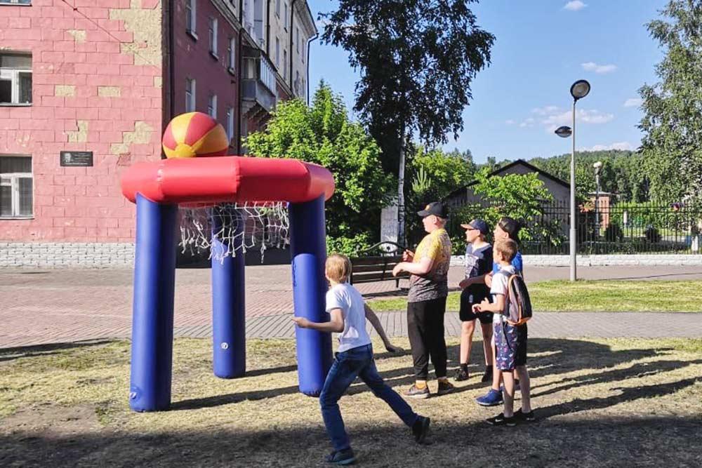 Летняя площадка для детей. На улицу выносят оборудование, и любой ребенок может присоединиться к играм